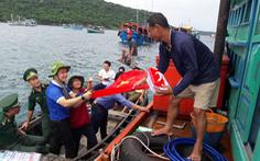 Vượt sóng trao tủ thuốc, cờ Tổ quốc cho ngư dân