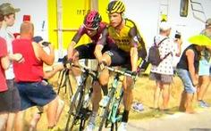 Hai tay đua  bị loại khỏi Tour de France vì xô xát 'nhẹ' khiến CĐV 'bất bình'