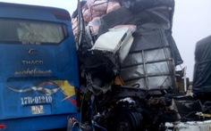 Xe khách va chạm với xe tải và xe container, nhiều người nhập viện