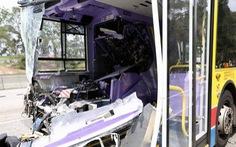 Hai xe buýt đâm nhau trực diện, 77 người bị thương