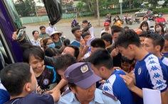 Quang Hải được bảo vệ kỹ, CĐV Bình Dương không thể xin chữ ký
