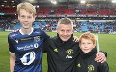Con trai Solskjaer ra sân đối đầu đội bóng của cha