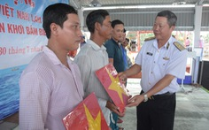 Hải quân Việt Nam làm điểm tựa cho ngư dân vượt khơi, bám biển