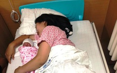 Người nhà thành 'bà đỡ' cho sản phụ đẻ rơi bé gái 3,2kg trên taxi
