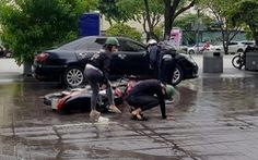 Xe bồn tưới nước đi qua, xe máy ngã nhào trên phố đi bộ Nguyễn Huệ