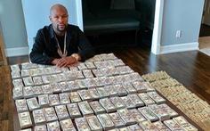 Sốc với clip USD xếp chồng chồng đầy bàn của võ sĩ Mayweather