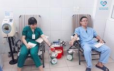 Nhân viên bệnh viện hiến máu cứu bệnh nhân