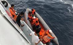 Ngư dân vừa thoát nạn lại theo tàu ra tìm 9 thuyền viên còn mất tích