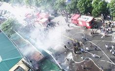 Cháy chợ gần bệnh viện, bác sĩ sơ tán hàng giúp tiểu thương