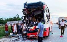 Xe du lịch đâm xe container, 1 người chết, nhiều người nhập viện