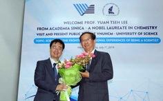 Giáo sư Đài Loan đoạt giải Nobel mặc một áo vest cũ suốt 25 năm