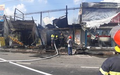 6 xe và 50 cảnh sát PCCC không cứu được 3 căn nhà mặt tiền cháy rụi