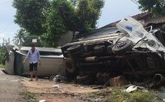 Xe hơi tông xe tải, 2 xe lật ngang, dân đập cửa kính cứu 5 người
