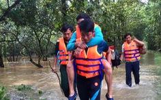 Giải cứu 6 người mắc kẹt trên cù lao Ba Lềnh do nước lũ