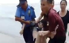 Tiếp tục tìm kiếm 2 du khách mất tích trong vụ sóng biển cuốn