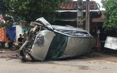 Video: Đập cửa kính giải cứu 5 người bị mắc kẹt trong xe ôtô bị lật