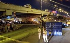 Thùng container rớt ở gầm cầu vượt Linh Xuân, nhiều người may mắn thoát chết