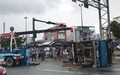 Video: Xe ben chở đá lật nhào trên đường Phạm Văn Đồng