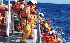 Cứu 6 ngư dân Quảng Bình bị nạn trên vùng biển Hoàng Sa