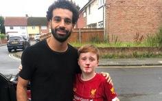 Salah 'gây sốt' vì đến thăm CĐV nhí rượt theo xe mình bị té chảy máu mũi
