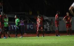 Cầu thủ Thái Lan dừng trận đấu phản đối trọng tài như... Long An từng làm