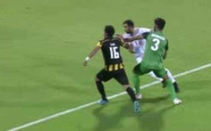 Khoảnh khắc thủ môn sút hụt bóng bị CĐV chê 'dùng chân tệ nhất thế giới'