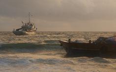 Mới giải cứu 1 trong  5 sà lan bị sóng đánh mắc cạn trên bãi biển Phú Quốc
