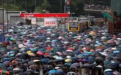 Hàng chục ngàn người Hong Kong mang dù xuống đường