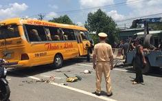 Xe đò đang chạy rơi hai bánh rồi lật ngang, 10 người bị thương