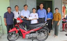 Cô bé mồ côi mẹ giữa mùa Vu lan được hỗ trợ xe máy, học bổng
