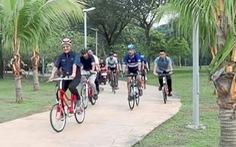 Thủ tướng Malaysia khoe sức khỏe khi đạp xe quanh thành phố
