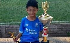 Đang đá bóng, cầu thủ nhí 8 tuổi ngã gục vì... trúng đạn lạc vào đầu