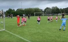 Video 'Bàn thắng từ...trên trời rơi xuống' giúp AZ Alkmaar vô địch Giải U 12 châu Âu
