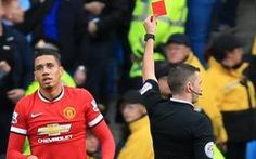 Giải ngoại hạng Anh ra luật 'ngớ ngẩn' khi rút thẻ đỏ cầu thủ vào phòng VAR