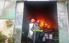 Nhà xưởng ở Hóc Môn bốc cháy ngùn ngụt khói đen giữa trưa