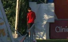 Cầu thủ đắt giá nhất Atletico Madrid bị bắt quả tang đang 'tè bậy'