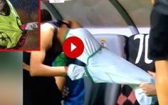 Khoảnh khắc cầu thủ bị 'kẹt' trong chiếc áo đấu trở thành... 'video hài triệu view'