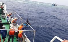 Tàu cá chở 13 ngư dân va đá ngầm giữa biển