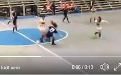 Video cầu thủ nữ Argentina liên tục vấp ngã một cách bất thường trên sân bóng
