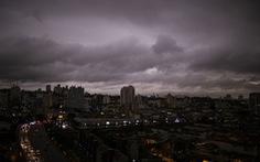 Bang Brazil tối sầm giữa ban ngày, trời trút mưa đen khác thường