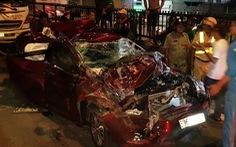 Xe bị ép bẹp dúm khi dừng đèn đỏ, cả gia đình may mắn thoát chết