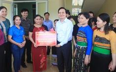 Bộ trưởng Phùng Xuân Nhạ thăm, tặng quà các trường vùng lũ Quan Sơn