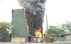 Video: Lò luyện thiếc cháy dữ dội, công nhân hốt hoảng tháo chạy