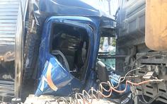Video: Tài xế và phụ xe kẹt trong cabin sau cú va chạm mạnh