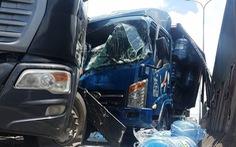 Cứu tài xế và phụ xe mắc kẹt trong cabin xe tải