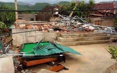 Lốc xoáy làm 2 nhà dân bị sập, hơn 40 nhà tốc mái