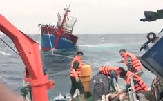Video: Chạy bão, một tàu cá bị chết máy trôi dạt trên biển