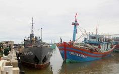Tàu 14 ngư dân gặp nạn gần tâm bão số 4 được 'dắt' về cảng