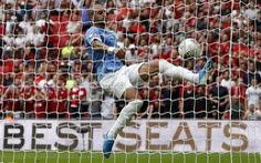 Video hậu vệ 'tung người móc bóng' xuất thần cứu thua cho Man City