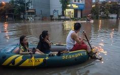 Khu đô thị ở Hà Nội ngập sâu, dân chèo thuyền 'dạo phố'